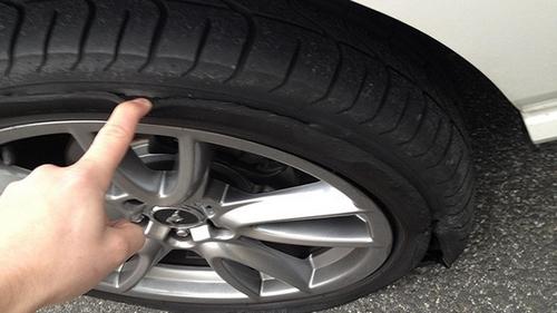 Xe hơi cấn lề rách lốp vá được không?